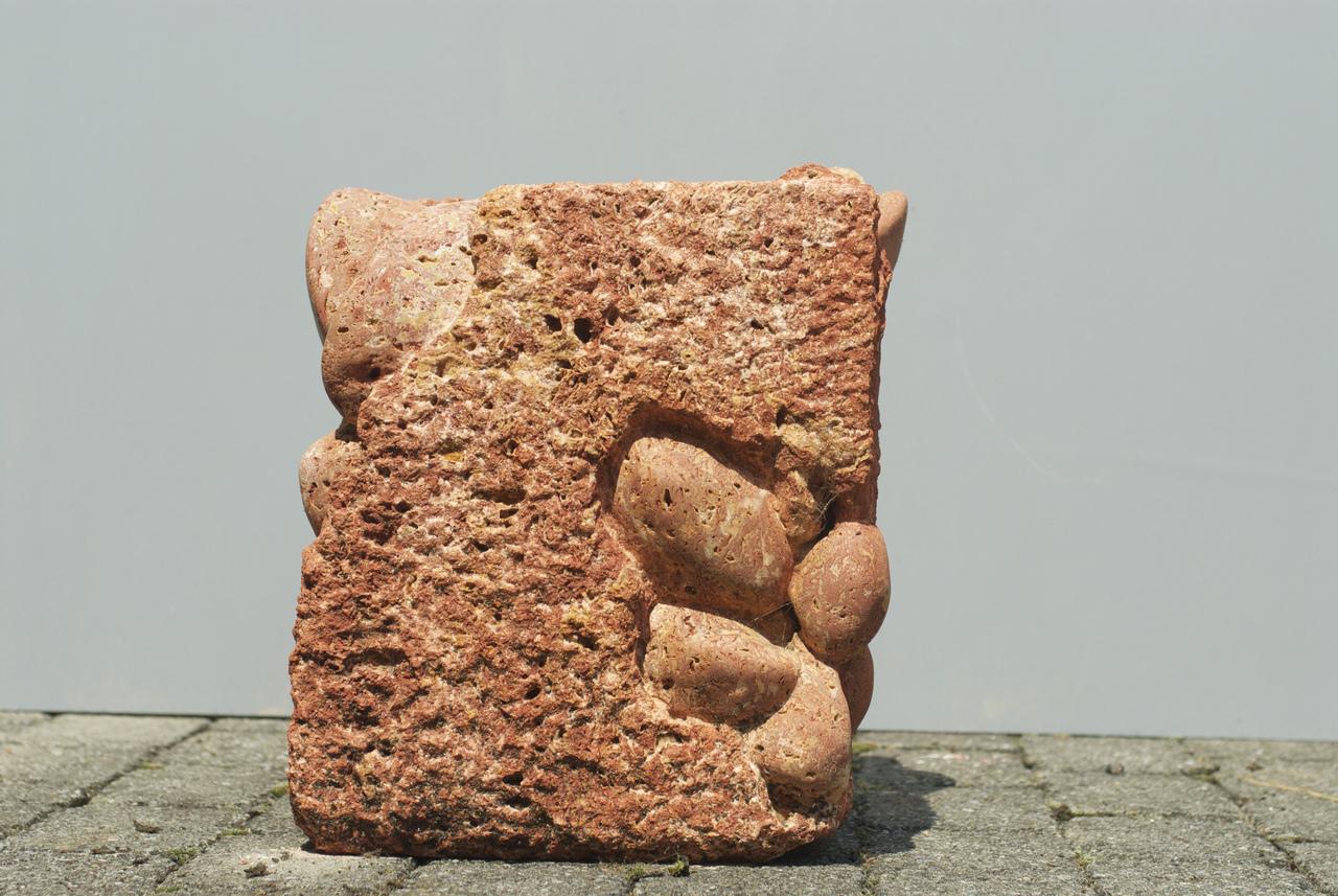 Foto: Skulptur von Claudia Braendle-Villiger, Titel: Brexit, Material: Travertin