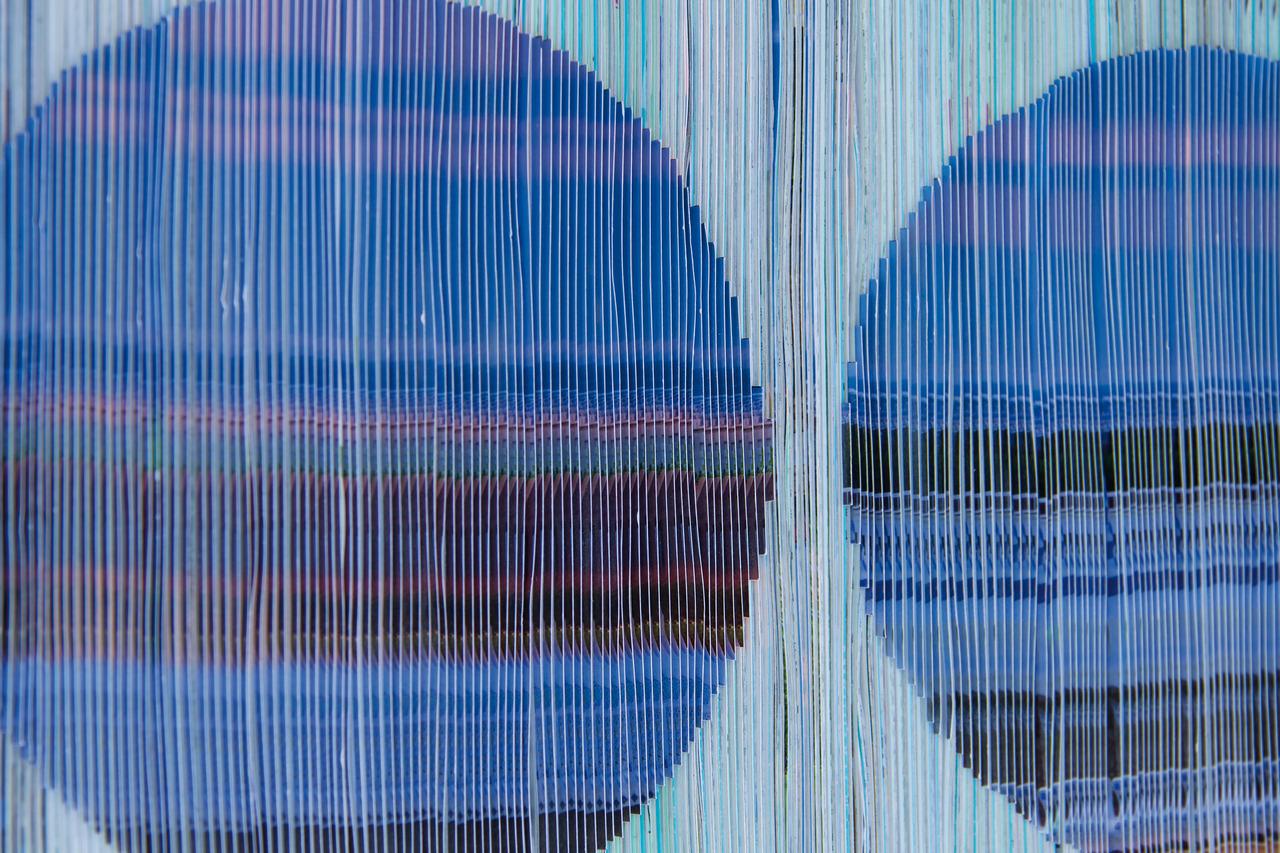 Foto: Dreidimensionales Werk von Pia Roth - blaues Papierrelief aufgezogen auf Drahtarmatur